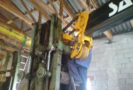 Kranarbeiten in einer Garage